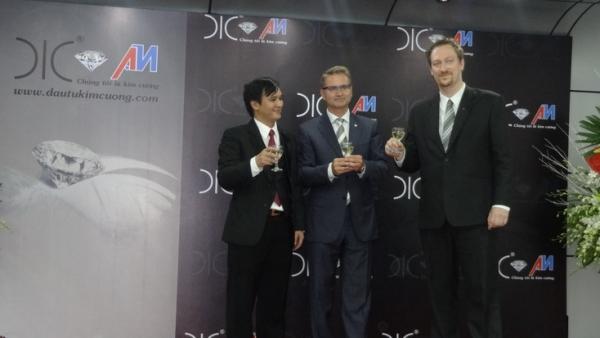 Tổng giám đốc Ân Minh, chủ tịch DIC và Chuyên gia cao cấp DIC nâng ly chúc mừng ngày khai trương.